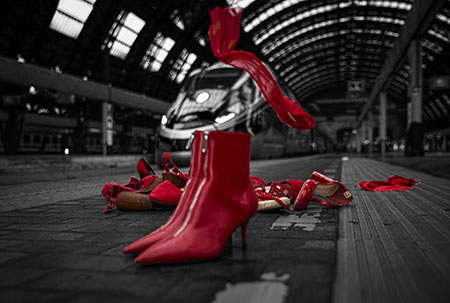 scarpe rosse in ufficio per la giornata contro la violenza sulle donne giornata contro la violenza sulle donne